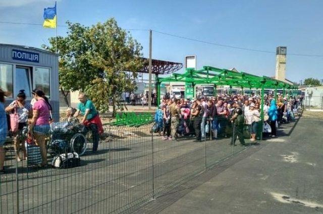 На КПВВ «Станица Луганская» по упавшей женщине пробежалась толпа