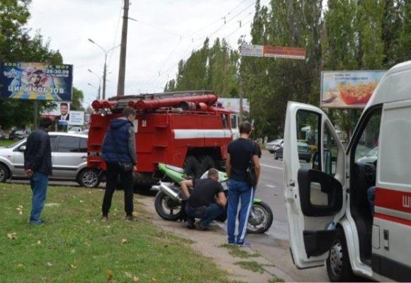 В Николаеве мужчина пытался сделать трюк на мотоцикле и вызвал ДТП