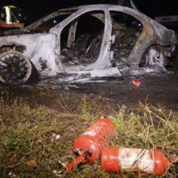 Превысил скорость: машина слетела с дороги и загорелась