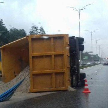 В Киеве на Бориспольской трассе перевернулся грузовик с песком