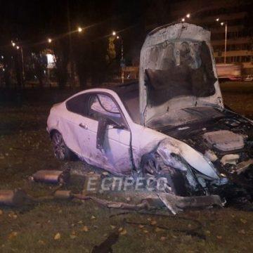 В Киеве авто снесло два дерева и загорелось: есть пострадавший
