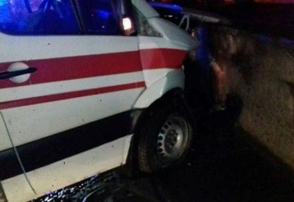 Во Львове скорая помощь врезалась в ограждение: пассажиры госпитализированы