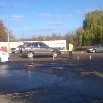 В Николаеве водитель бензовоза пробил цистерну: топливо залило дорогу