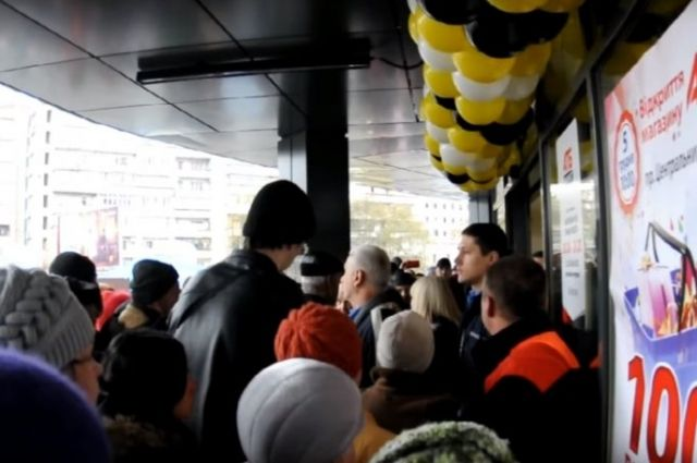 В Николаеве покупатели сорвали открытие супермаркета, вломившись за призами