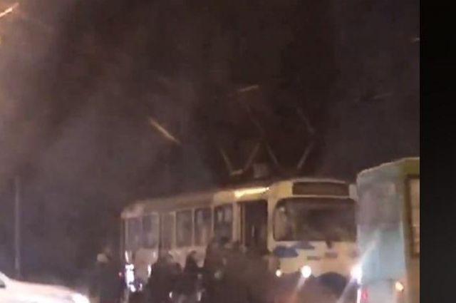 В Харькове пассажирам пришлось толкать застрявший на путях трамвай