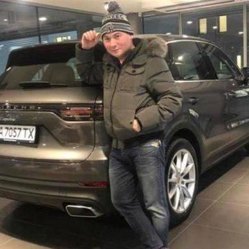 Киевский чиновник купил себе «Порше» и записал его на лишенного прав брата (ФОТО)
