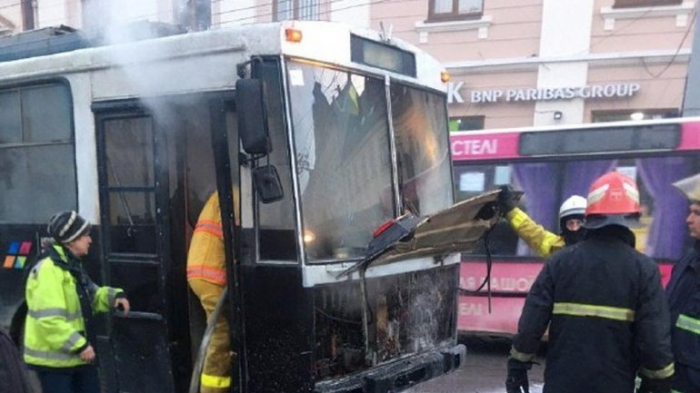 В центре Черновцов в час пик загорелся троллейбус с людьми