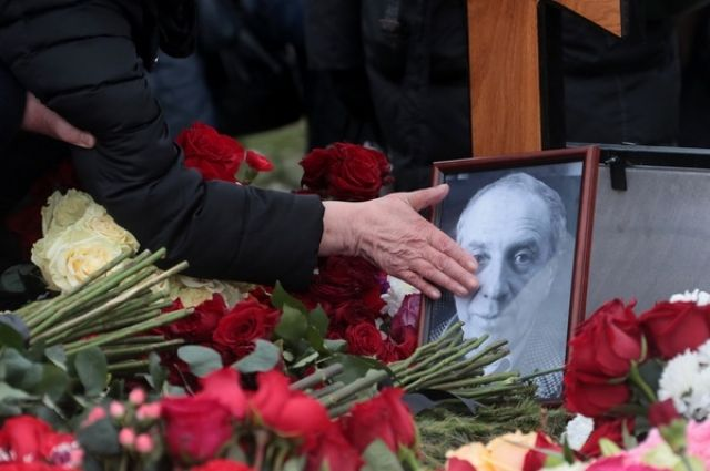 Под крики «браво», цветы и обмороки: в Москве простились с Сергеем Юрским