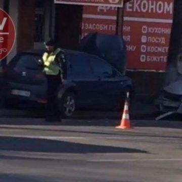 Тройное ДТП под Киевом: авто полиции врезалось в магазин