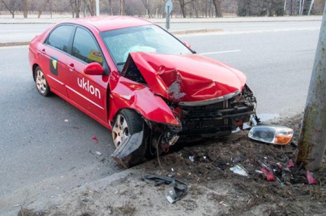 В Киеве таксист уснул за рулем и с девушкой в салоне влетел в столб