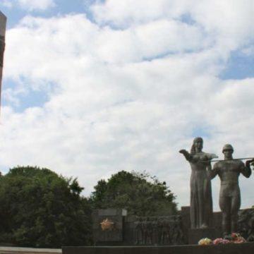 Во Львове снесли 30-метровый Монумент славы