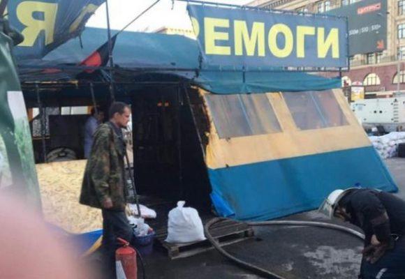 В Харькове на площади Свободы подожгли палатку волонтеров: что известно