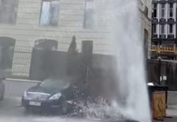 «Высотой с пятиэтажку»: в Киеве струя воды пробила асфальт возле дома