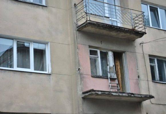«Срезал перила на балконе»: мужчина упал со второго этажа во Львове