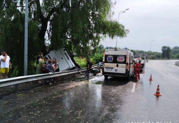 В Винницкой области автобус с людьми слетел в кювет