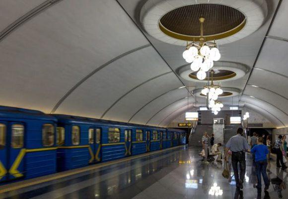 В Киеве упавшая на рельсы метро женщина погибла