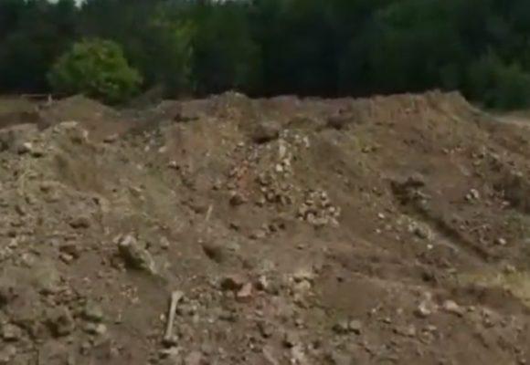 Строители раскопали старинное кладбище: останки выбросили на свалку