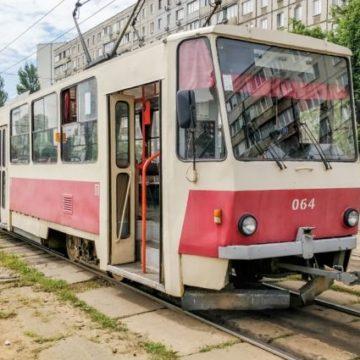 В Киеве у трамвая отказали тормоза: женщина выпала прямо на ходу